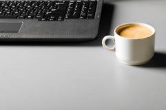 Ordinateur portatif avec la cuvette de café Photo libre de droits