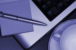 Ordinateur portatif avec le cahier et le crayon lecteur Images stock