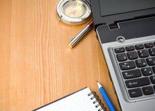 Ordinateur portatif, compas et crayon lecteur de cahier Photos stock