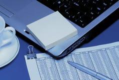 Ordinateur portatif, crayon lecteur et cuvette Photos libres de droits