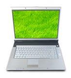 Ordinateur portatif d'herbe verte Photographie stock libre de droits