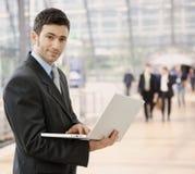 ordinateur portatif d'homme d'affaires utilisant Photos libres de droits