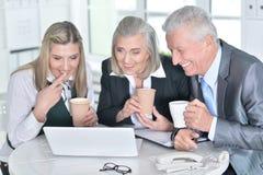 ordinateur portatif d'hommes d'affaires utilisant Photos stock