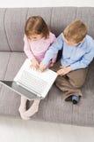 ordinateur portatif d'ordinateur d'enfants utilisant Photographie stock libre de droits