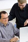 ordinateur portatif d'ordinateur d'hommes d'affaires utilisant Photo stock