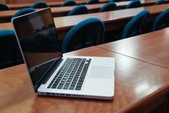 Ordinateur portatif dans la salle de conférence Image stock