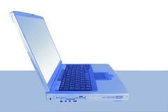 Ordinateur portatif dans le bleu Photos stock