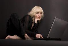 ordinateur portatif de 4 blondes Photos libres de droits