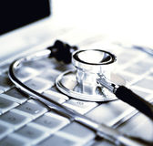 ordinateur portatif de clavier au-dessus du stéthoscope argenté Images stock