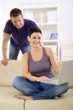 ordinateur portatif de couples d'ordinateur utilisant Photo stock