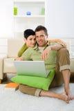 ordinateur portatif de couples utilisant Image stock