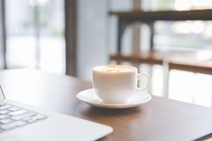ordinateur portatif de cuvette de café photos libres de droits