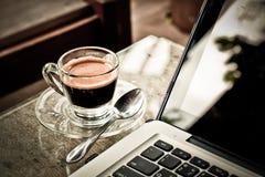 ordinateur portatif de cuvette de café Photographie stock libre de droits