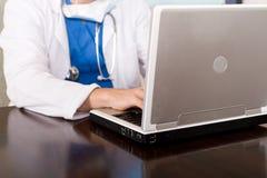 ordinateur portatif de docteur utilisant photographie stock