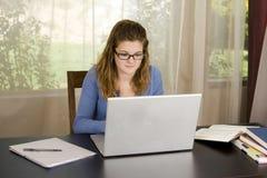 ordinateur portatif de fille photo libre de droits