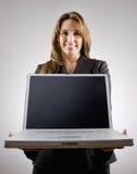 Ordinateur portatif de fixation de femme d'affaires Photo stock