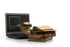 ordinateur portatif de livre vieux Photographie stock