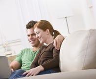 Ordinateur portatif de visionnement de couples image libre de droits