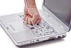 Ordinateur portatif endommagé par le poing image stock