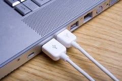 Ordinateur portatif et câbles 4 images stock