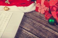 Ordinateur portatif et cadeaux photos libres de droits