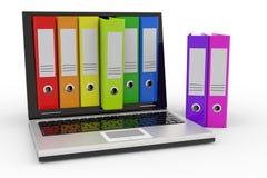 Ordinateur portatif et dépliants colorés d'archives. Photographie stock libre de droits
