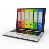 Ordinateur portatif et dépliants colorés d'archives. Images stock