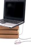 Ordinateur portatif et livres Images libres de droits