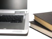 Ordinateur portatif et livres Photographie stock