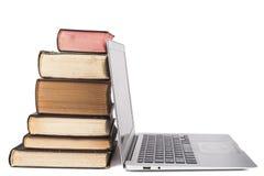 Ordinateur portatif et livres Photos libres de droits