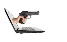 Ordinateur portatif et main avec le canon collant à l'extérieur Photographie stock libre de droits