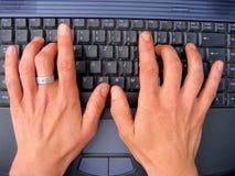 Ordinateur portatif et mains Image libre de droits