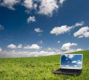 Ordinateur portatif et nature Photos libres de droits