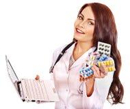 Ordinateur portatif et remède de fixation de docteur. Photo stock