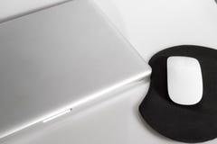 Ordinateur portatif et souris Photos stock