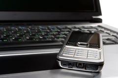 Ordinateur portatif et téléphone portable sur l'appareil de bureau image libre de droits