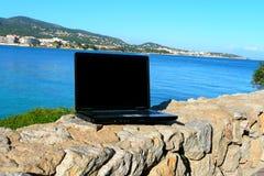 Ordinateur portatif par la mer Photographie stock libre de droits