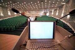 Ordinateur portatif pour le travail du gestionnaire à la conférence image stock
