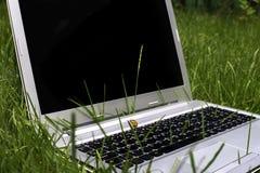 Ordinateur portatif sur l'herbe Photo libre de droits
