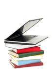 Ordinateur portatif sur la pile de livres