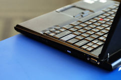 Ordinateur portatif sur la surface bleue lumineuse Photographie stock libre de droits