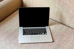 Ordinateur portatif sur le sofa Fonctionner à la maison indépendant Photos libres de droits