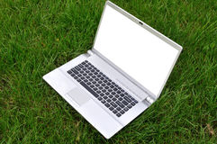 Ordinateur portatif sur une herbe Photographie stock libre de droits