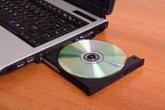 Ordinateur portatif sur une table Image libre de droits