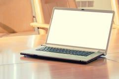 Ordinateur portatif sur une table Photographie stock libre de droits