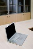 Ordinateur portatif sur une table Images libres de droits