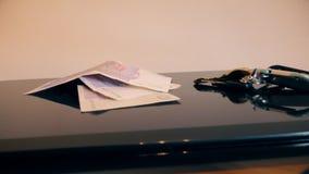 Ordinateur portatif sur une table banque de vidéos
