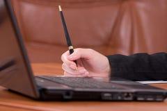 Ordinateur portatif sur une table brune en bois Images libres de droits