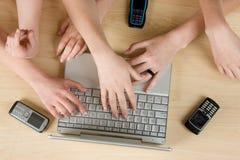 ordinateur portatif utilisant images libres de droits