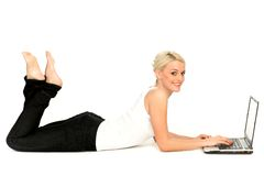 ordinateur portatif utilisant la femme Photo libre de droits